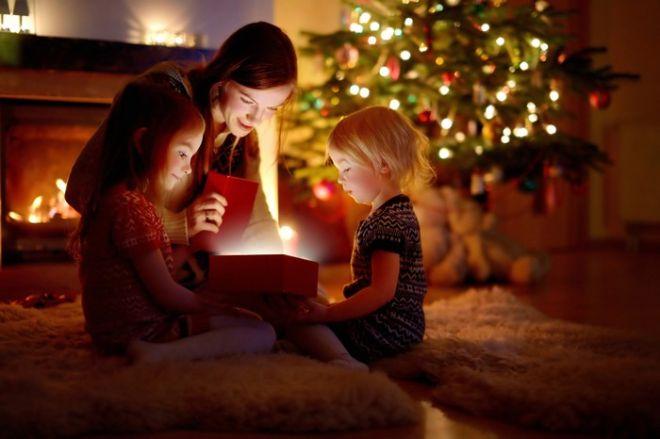 'Μαμά υπάρχει ο Άγιος Βασίλης;'. Να πείτε την αλήθεια ή να αφήσετε τα παιδιά να ζήσουν τη μαγεία των Χριστουγέννων;