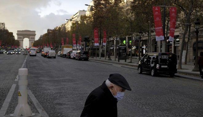 Ηλικιωμένος περπατά στους δρόμους του Παρισιού