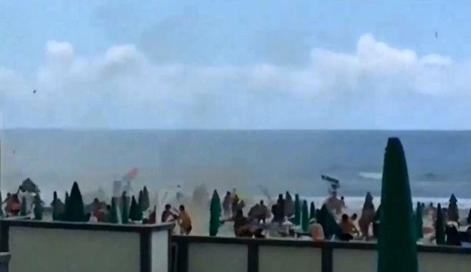 """Βίντεο: Ανεμοστρόβιλος χτυπά παραλία της Νάπολης και """"σπέρνει"""" τον πανικό"""