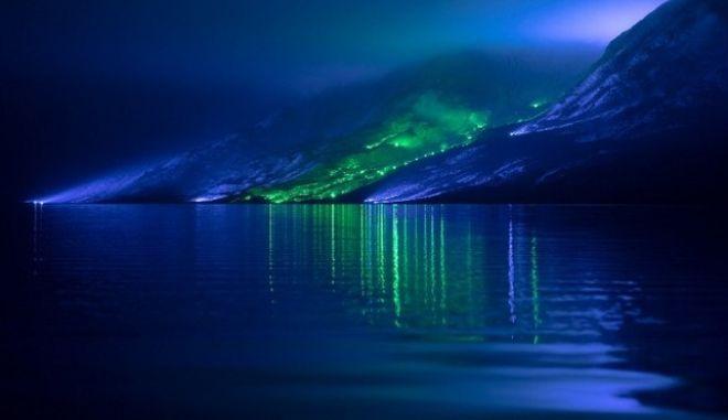 Ο Φινλανδός καλλιτέχνης Kari Kola φώτισε με 1.000 φώτα τα βουνά της Κονεμάρα στην Ιρλανδία