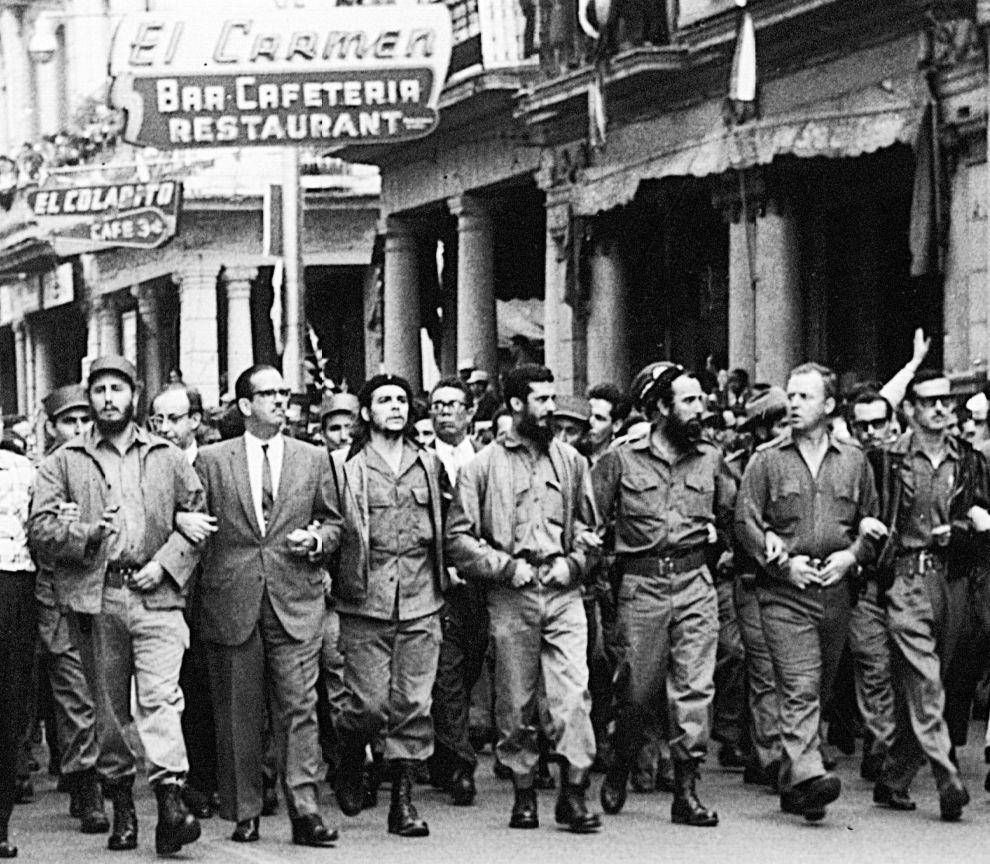 Πορεία στην Αβάνα της Κούβας, στη μνήμη των νεκρών ύστερα από την ανατίναξη της γαλλικής φρεγάτας La Coubre στο λιμάνι της Αβάνας στις 4 Μαρτίου του 1960. Ο Κάστρο είχε κατηγορήσει τις ΗΠΑ για σαμποτάζ. Από αριστερά, ο Φιντέλ Κάστρο, ο Οσβάλντο Ντορτίκο, ο Τσε Γκεβάρα και άλλα μέλη της κουβανικής κυβέρνησης (5/3/1960).