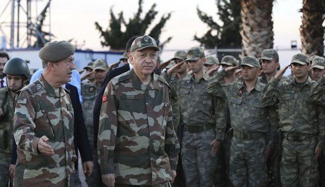 Ο Πρόεδρος Ερντογάν και ο Χουλουσί Ακάρ με στρατιωτική περιβολή