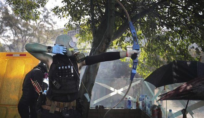 Συνεχίζονται οι οδομαχίες στο Χονγκ Κονγκ: Διαδηλωτές εκτοξεύουν βέλη και μολότοφ κατά των αστυνομικών
