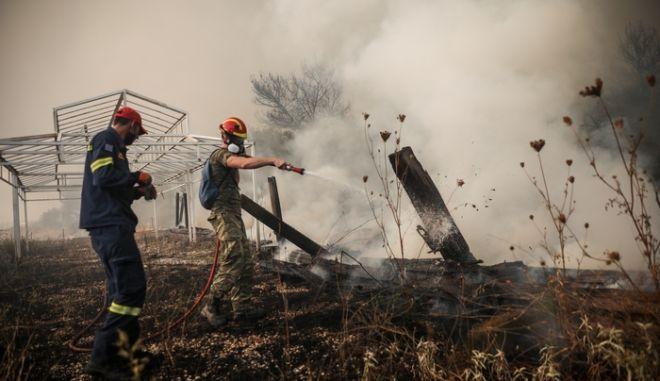 Μάχη με τις φλόγες δίνουν οι πυροσβεστικές δυνάμεις