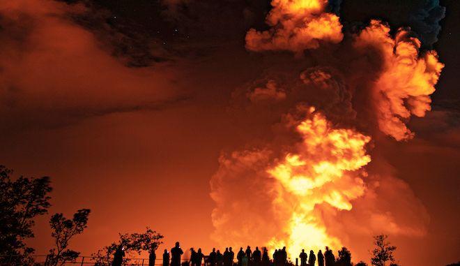 Άνθρωποι παρακολουθούν την έκρηξη του ηφιστείου Κιλαουέλα της Χαβάης, 20 Δεκεμβρίου 2020.