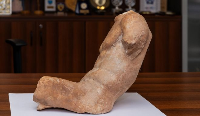 Αρχαίο άγαλμα από αέτωμα ναού της περιοχής της Ακρόπολης εντόπισαν στα χέρια αρχαιοκάπηλου οι Αρχές