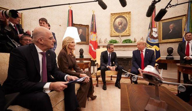 Ο Πρωθυπουργός Κυριάκος Μητσοτάκης κατά τη συνάντησή του με τον πρόεδρο των ΗΠΑ Ντόναλντ Τραμπ στον Λευκό Οίκο
