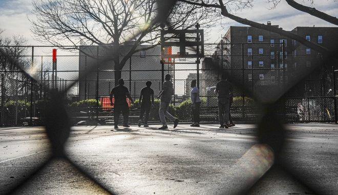 Άτομα παίζουν μπάσκετ σε ανοιχτό γήπεδο του Μπρούκλιν