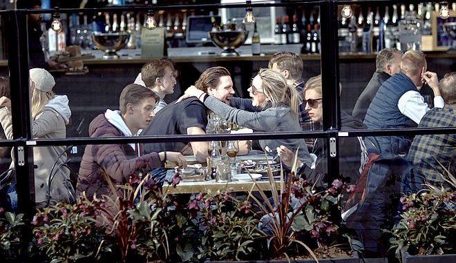Σουηδοί πίνουν αμέριμνοι τον καφέ τους στην Στοκχόλμη στις αρχές του Απρίλη