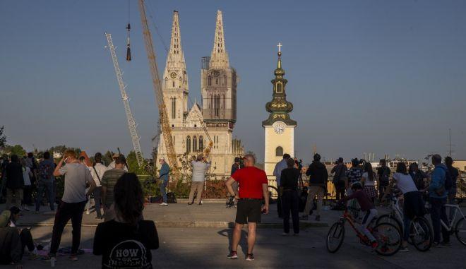 Σε πλατεία του Ζάγκρεμπ μπροστά από τον Καθεδρικό