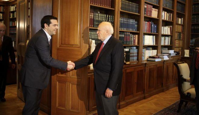 Ο πρόεδρος του ΣΥΡΙΖΑ, Αλέξη Τσίπρα, ενώ κατευθύνεται προς το Προεφδρικό Μέγαρο για την συνάντησή του με τον ο Πρόεδρο της Δημοκρατίας, Κάρολο Παπούλιας την Δευτέρα 26 Μαΐου 2014, μία ημέρα μετά τη νίκη του κόμματος στις ευρωεκλογές. Ο ΣΥΡΙΖΑ κέρδισε την πρωτιά με διαφορά 3,78% από τη Ν.Δ.. (EUROKINISSI/ΤΑΤΙΑΝΑ ΜΠΟΛΑΡΗ)