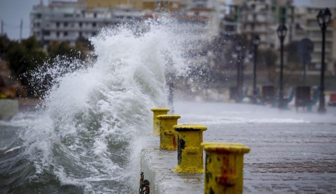 Τα κύματα προσκρούουν με ορμή το λιμάνι της Ραφήνας, κατά την εξέλιξη της κακοκαιρίας και εν αναμονή του κυκλώνα Ζορμπά