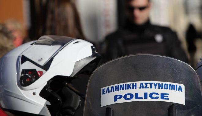 """Αστυνομικοί έχουν αποκλείσει το χώρο γύρω από το Ειρηνοδικείο Αθηνών έπειτα από τηλεφώνημα αγνώστου στην """"Εφημερίδα των Συντακτών"""" για την ύπαρξη εκρηκτικού μηχανισμού, την Παρασκευή 13 Ιανουαρίου 2017. (EUROKINISSI/ΓΙΑΝΝΗΣ ΠΑΝΑΓΟΠΟΥΛΟΣ)"""