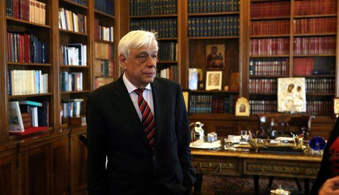 Ο Πρόεδρος της Δημοκρατίας Προκόπης Παυλόπουλος συνομιλεί με τον υποδιοικητή της Τράπεζας της Ελλάδος κ. Γιάννη Μουρμούρα, κατα την συνάντηση τους την Μεγ. τρίτη 7 Απριλίου 2015, στο Προεδρικό Μέγαρο. (EUROKINISSI/ΓΕΩΡΓΙΑ ΠΑΝΑΓΟΠΟΥΛΟΥ)