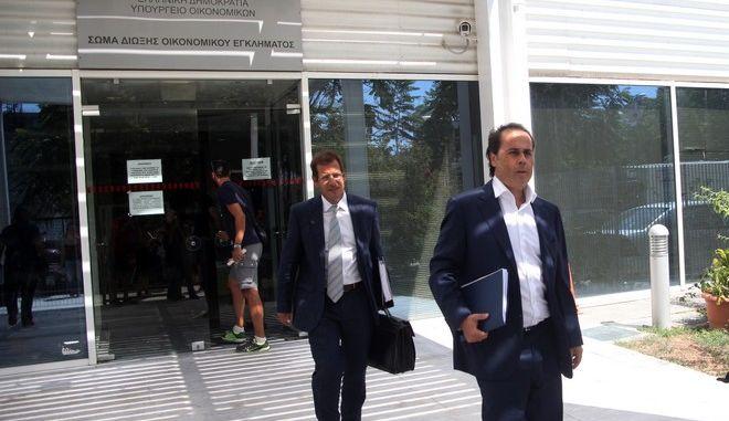 """Ο Σταύρος Παπασταύρου στέχος της ΝΔ και συνεργάτης του πρώην πρωθυπουργού Αντώνη Σαμαρά εξέρχεται από τα γραφεία του ΣΔΟΕ την Τετάρτη 2 Σεπτεμβρίου 2015. Ο Στ. Παπασταύρου είχε κληθεί από τον οικονομικό εισαγγελέα σε ανωμοτί κατάθεση για την υπόθεση της """"λίστας Λαγκάρντ"""".  (EUROKINISSI/ΑΛΕΞΑΝΔΡΟΣ ΖΩΝΤΑΝΟΣ)"""