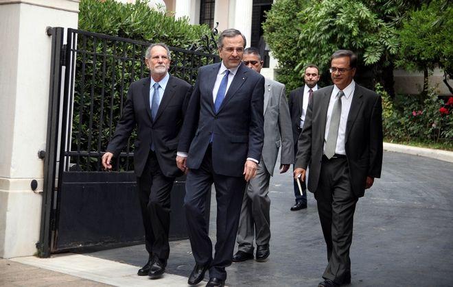 Προσέλευση των μελών της νέας κυβέρνησης στο Προεδρικό Μέγαρο για την ορκωμοσία ενώπιον του Προέδρου της Δημοκρατίας Κάρολου Παπούλια την Τρίτη 10 Ιουνίου 2014. Στο στιγμιότυπο ο πρωθυπουργός Αντ. Σαμαράς με το νέο υπουργό Οικονομικών Γκίκα Χαρδούβελη. (EUROKINISSI/ΑΛΕΞΑΝΔΡΟΣ ΖΩΝΤΑΝΟΣ)