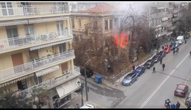 Ντοκουμέντο: Η στιγμή της εμπρηστικής επίθεσης στην κατάληψη Libertatia από ακροδεξιούς