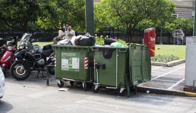 Σκουπίδια σε κάδο απορριμάτων στην Αθήνα, Αρχείο