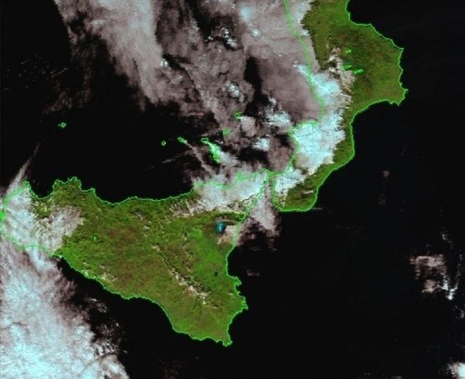 Λήψη εικόνας από το δορυφορικό σταθμό Αθηνών για την την 23^ Δεκεμβρίου 2018 και ώρα Ελλάδος 12:10. από τον μετεωρολογικό δορυφόρο πολικής τροχιάς SNPP . Με κυανό χρώμα δακρίνεται το χιονισμένο βουνό του ηφαιστείου της Αίτνας.