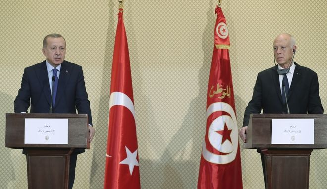 Ο Ρετζέπ Ταγίπ Ερντογάν και ο επικεφαλής της διεθνούς αναγνωρισμένης κυβέρνησης της Λιβύης Φαγιέντ αλ Σάρατζ στη συνάντησή τους τον Νοέμβριο του 2019 στην Κωνσταντινούπολη