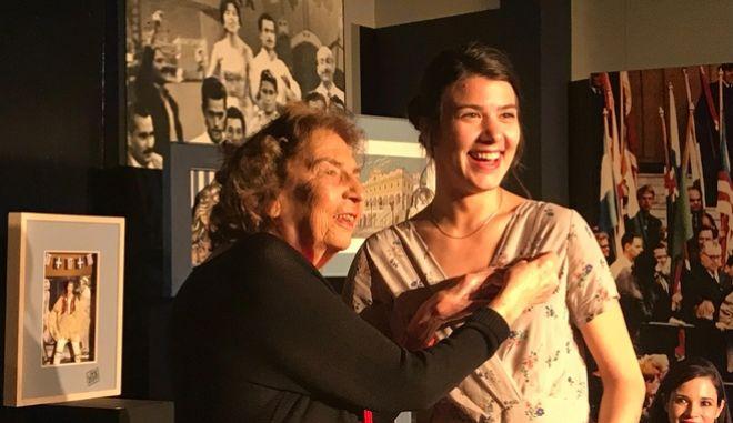 Η Άλκη Ζέη απονέμει στην Ιωάννα Κολλιοπούλου την καρφίτσα της Μελίνας Μερκούρη