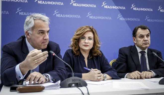 Συνέντευξη τύπου, από την εκπρόσωπο τύπου της Νέας Δημοκρατίας, Μαρία Σπυράκη(κ) και τους τομεάρχες Εσωτερικών, Μάκη Βορίδη(α) και Δικαιοσύνης, Νίκο Παναγιωτόπουλο(δ) για την υπόθεση Νovartis, μετά και την πρόταση της κυβερνητικής πλειοψηφίας για σύσταση προκαταρκτικής επιτροπής, την Τρίτη 13 Φεβρουαρίου 2018. (EUROKINISSI/ΓΙΩΡΓΟΣ ΚΟΝΤΑΡΙΝΗΣ)