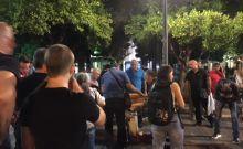 Πλήθος κόσμου προσπαθεί να βοηθήσει την 19χρονη που έπεσε αιμόφυρτη το βράδυ της Τρίτης στο Αγρίνιο