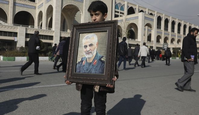 Αγόρι κρατά ένα πορτραίτο του Σουλεϊμανί.