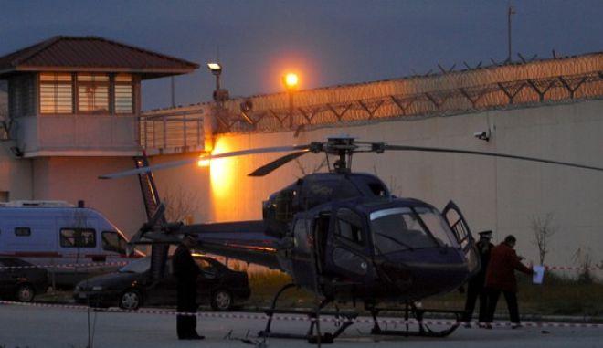 Αστυνομικοί ερευνούν το ελικόπτερο αλλά και την ανεμόσκαλα που χρησιμοποιήθηκε για την απόδραση  στο προαύλιο των Φυλακών Τρικάλων την Κυριακή 24 Φεβροαυρίου 2013.. (EUROKINISSI/ΘΑΝΑΣΗΣ ΚΑΛΛΙΑΡΑΣ)