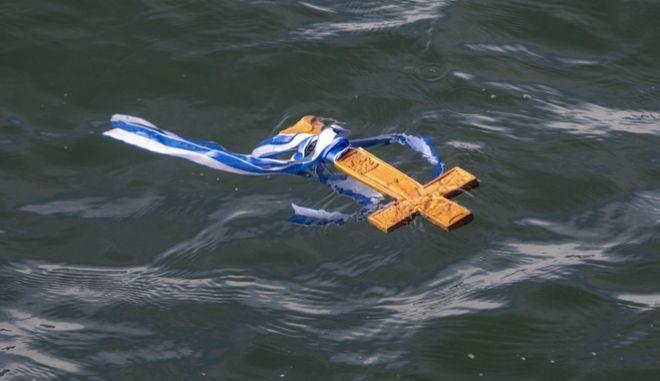Σταυρός στη θάλασσα για τον εορτασμό των Θεοφανείων.