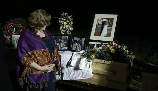 Γυναίκα θρηνεί με τις φωτογραφίες των θυμάτων της Λα Μόρα