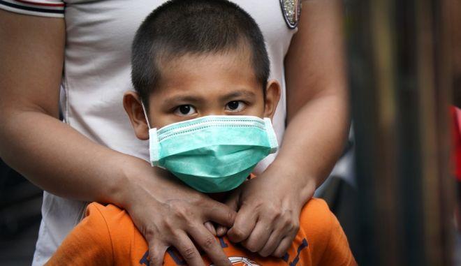 Ένα αγόρι στη Μαλαισία περιμένει να υποβληθεί σε τεστ