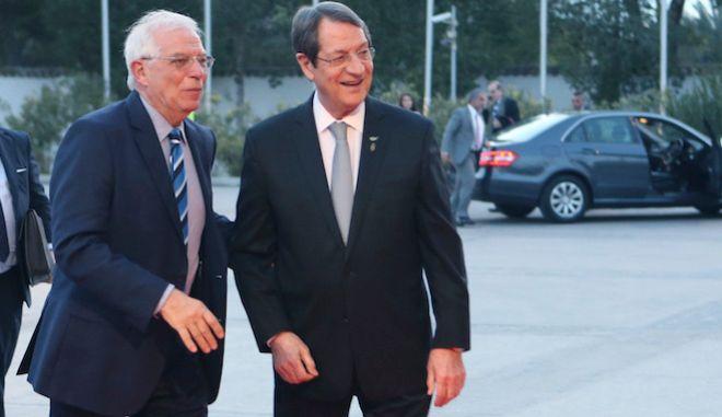 Ο Πρόεδρος της Κύπρου Ν. Αναστασιάδης, καλωσορίζει τον Josep Borrell Fontelles κατά τη διάρκεια της Συνόδου Κορυφής της Νότιας ΕΕ στην Λευκωσία, 29 Ιανουαρίου 2019.