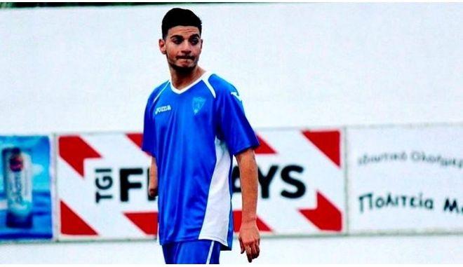 Ο Ραφαήλ παίζει ποδόσφαιρο με το ένα χέρι