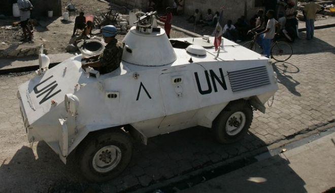 Όχημα του ΟΗΕ περιπολεί στο Πορτ-ο-Πρενς
