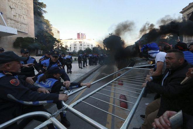 Διαδηλωτές προσπαθούν να απομακρύνουν τα κάγκελα μπροστά από το κυβερνητικό κτίριο