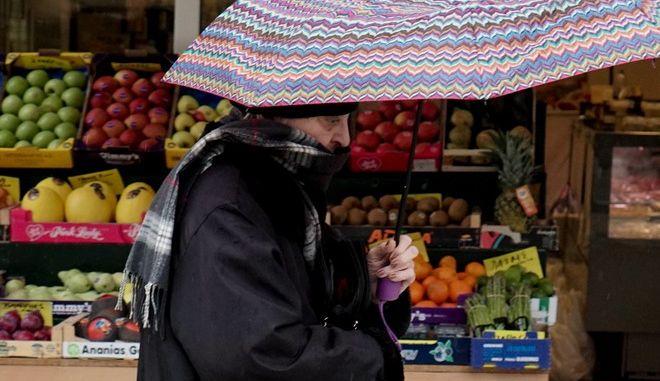 Γυναίκα πάει στη λαϊκή αγορά