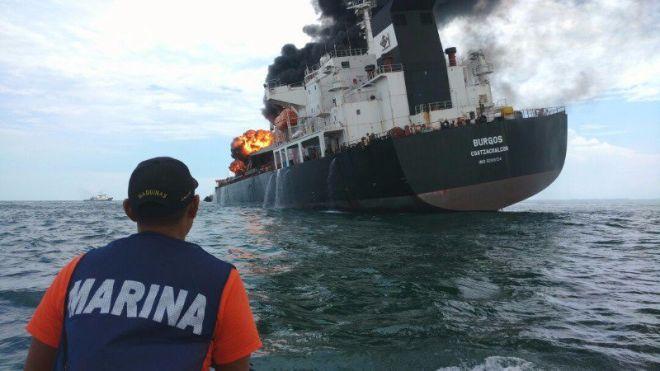 Δεξαμενόπλοιο τυλίχτηκε στις φλόγες στο Μεξικό