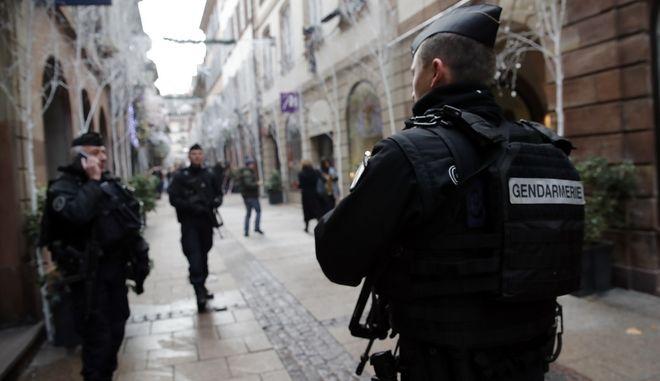 Άνδρες της Γαλλικής Αστυνομίας περιπολούν στους δρόμους του Στρασβούργου, μετά την επίθεση στη χριστουγεννιάτικη αγορά