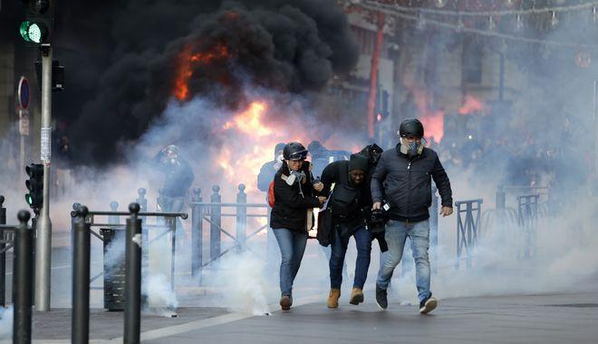 Φωτιές, δακρυγόνα και εκατοντάδες συλλήψεις