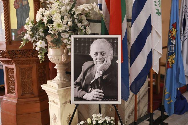 Ένα πορτρέτο του George Bizos, στην κηδεία του στο Ελληνικό Πολιτιστικό Κέντρο στο Γιοχάνεσμπουργκ της Νότιας Αφρικής, 17 Σεπτεμβρίου 2020.