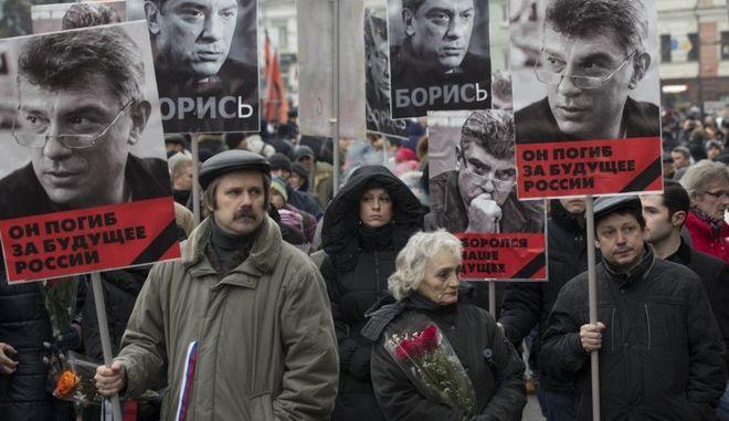 Χιλιάδες άνθρωποι διαδήλωσαν στη Μόσχα και την Αγία Πετρούπολη στη μνήμη του Μπορίς Νεμτσόφ