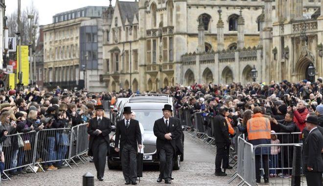 Πλήθος κόσμου στην κηδεία του Στίβεν Χόκινγκ (Joe Giddens/PA via AP)