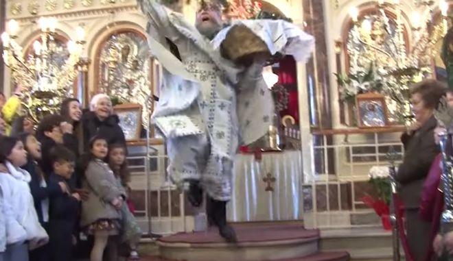 Ο πάτερ Χρυσόστομος Γουρλής κατά την τελετή της Πρώτης Ανάστασης στο ναό της Παναγίας Ευαγγελίστριας στη Χίο