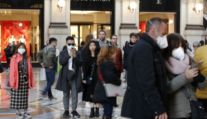 Τουρίστες που φορούν μάσκα στο κέντρο του Μιλάνου