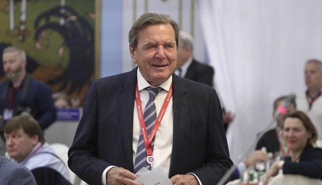 Ο Γκέρχαρντ Σρέντερ σε εκδήλωση στη Ρωσία τον Ιούνιο του 2019