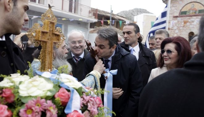 Ο Πρόεδρος της Νέας Δημοκρατίας Κυριάκος Μητσοτάκης, στην Εορτή των Θεοφανείων, στην τελετή του Αγιασμού των Υδάτων, στη Σαλαμίνα, την Παρασκευή 6 Ιανουαρίου 2017. (EUROKINISSI/ΓΙΩΡΓΟΣ ΚΟΝΤΑΡΙΝΗΣ)