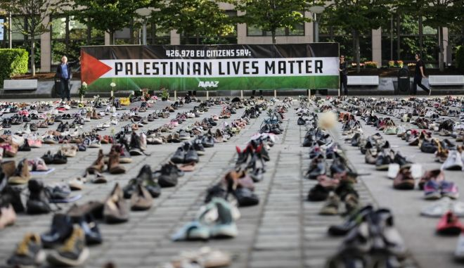 Η ΜΚΟ Avaaz εκθέτει 4500 ζευγάρια παπουτσιών, ένα ζευγάρι για κάθε χαμένη ζωή κατά την διάρκεια κατοχής του Ισραήλ στην Παλαιστίνη την τελευταία δεκαετία.