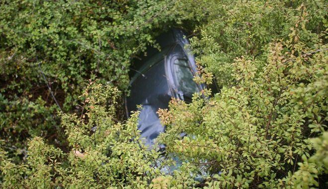 Διάσωση του 78χρονου ηλικιωμένου Θεόδωρου Πατσούρη που εντοπίστηκε ζωντανός, σε χαράδρα μαζί με το αυτοκίνητό του σε περιοχή κοντά στο Πανόπουλο Ηλείας την Δευτέρα 12 Σεπτεμβρίου 2016. Ο ηλικιωμένος άνδρας είχε ξεκινήσει από την Αρχαία Ολυμπία για να πάει στην Αθήνα, λίγο μετά τις 4 τα ξημερώματα της Πέμπτης. Έκτοτε τα ίχνη του χάθηκαν. Την Δευτέρα, ένας βοσκός που περνούσε από το σημείο, διέκρινε το όχημα του Θεόδωρου Πατσούρη μέσα σε ένα ρέμα, πνιγμένο από τη βλάστηση. Αμέσως ο βοσκός ειδοποίησε τις Αρχές και οι πυροσβέστες που έσπευσαν στο σημείο, με τη χρήση ειδικού εξοπλισμού και τη βοήθεια του ΕΚΑΒ κατάφεραν μετά από 15λεπτη επιχείρηση να απεγκλωβίσουν τον άνδρα. (EUROKINISSI/ILIALIVE.GR/ΓΙΑΝΝΗΣ ΣΠΥΡΟΥΝΗΣ)