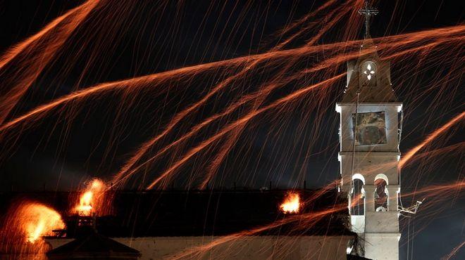 Στιγμιότυπο από το έθιμο της Χίου, τον Ρουκετοπόλεμο, το βράδυ της Ανάστασης